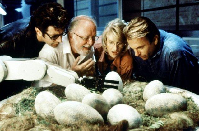 Jeff Goldblum como el Dr. Ian Malcolm, Richard Attenborough (1923-2014) como John Hammond, Laura Dern como la Dra. Ellie Sattler y Sam Neill como el Dr. Alan Grant en Jurassic Park (1993). Imagen: kakoyfilmposmotret.ru