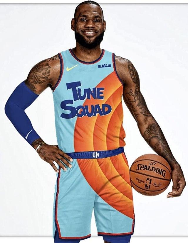 LeBron James vistiendo el uniforme del Tune Squad en Space Jam: A New Legacy (2021). Imagen: IMDb.com