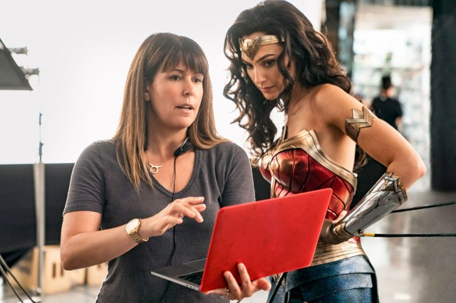 La directora Patty Jenkins y Gal Gadot como Wonder Woman en el set de Wonder Woman 1984 (2020). Imagen: IMDb.com