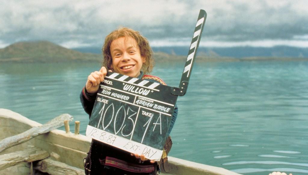Warwick Davis como Willow Ufgood sosteniendo la claqueta en el set de Willow (1988). Imagen: Lucasfilm.com