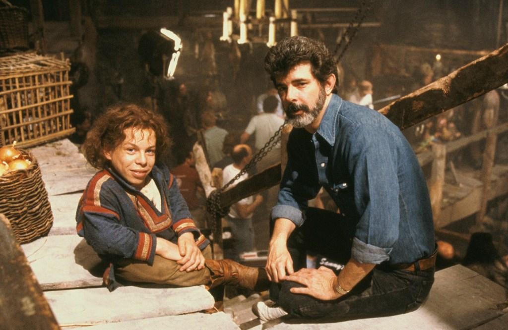 Warwick Davis como Willow Ufgood y George Lucas en el set de Willow (1988). Imagen: Lucasfilm.com