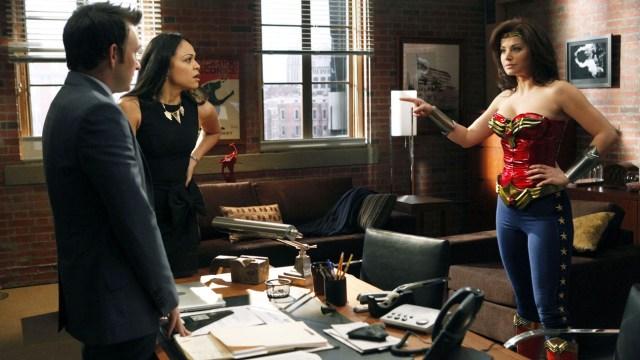 Erica Durance como Annie Bilson en el episodio 211 de Harry's Law (2011-2012). Imagen: Vivian Zink/NBC