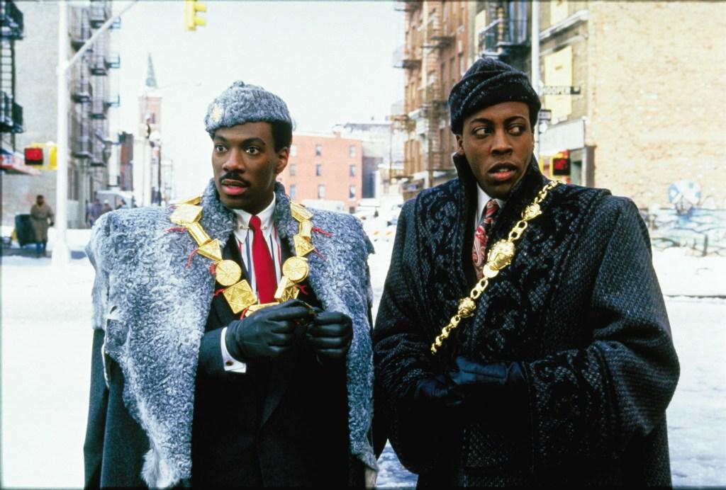 El Príncipe Akeem (Eddie Murphy) y Semmi (Arsenio Hall) en Coming to America (1988). Imagen: Paramount Pictures