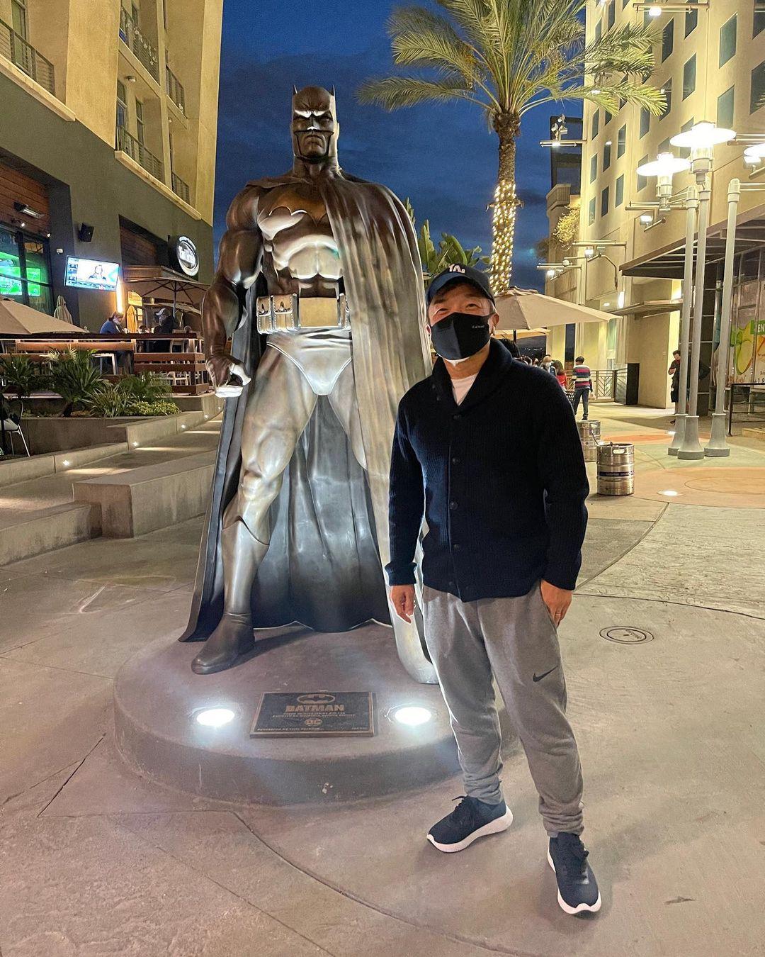 El artista Jim Lee y la estatua de Batman en Burbank, California. Imagen: Jim Lee Instagram (@jimlee).