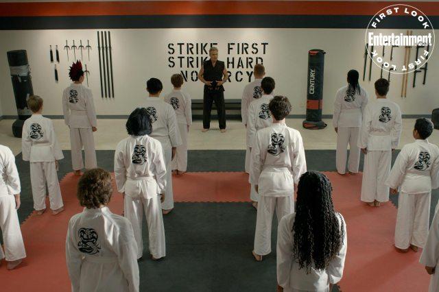 John Kreese (Martin Kove) y sus discípulos en el episodio 302 de Cobra Kai. Imagen: Netflix/Entertainment Weekly