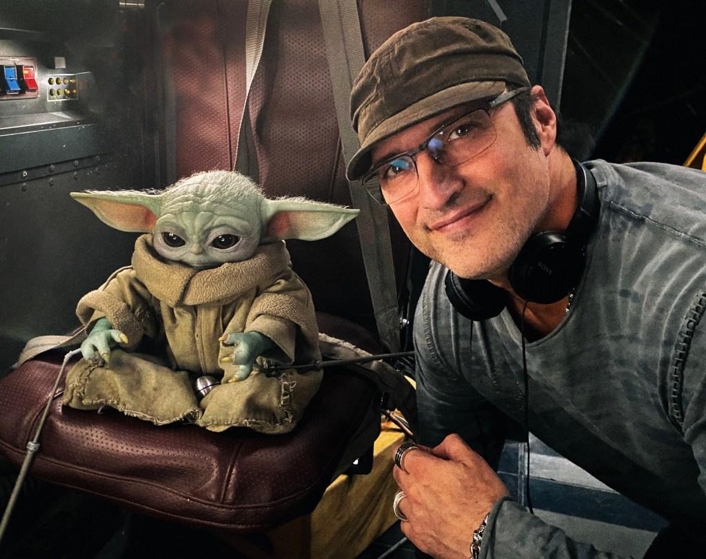 Baby Yoda y el director Robert Rodríguez en el set de The Mandalorian. Imagen: Robert Rodríguez Twitter (@Rodriguez).