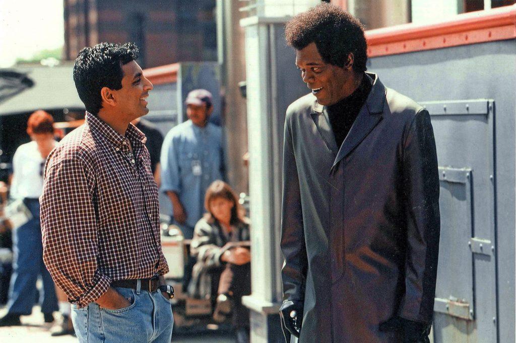 El director M. Night Shyamalan y Samuel L. Jackson como Elijah Price/Mr. Glass en el set de Unbreakable (2000). Imagen: Frank Masi