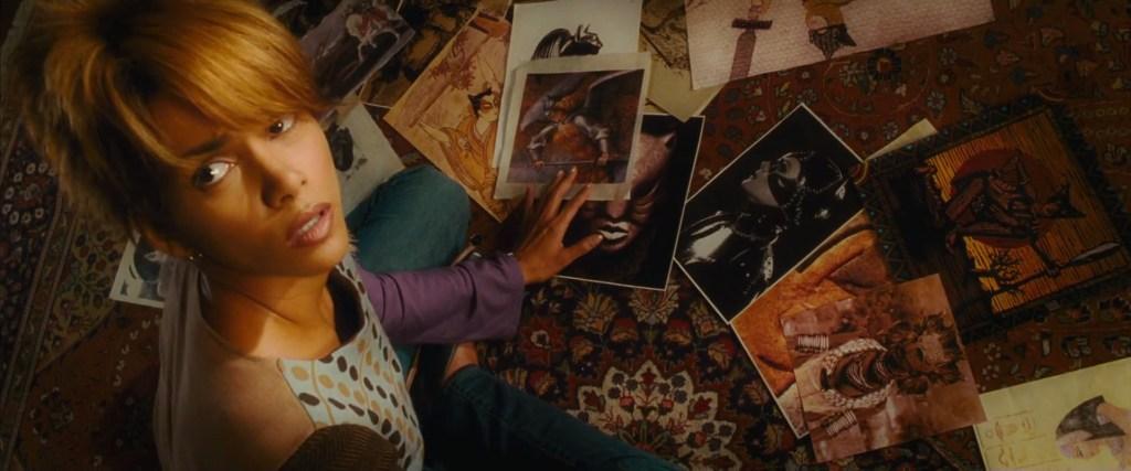La fotografía de Catwoman/Selina Kyle (Michael Pfeiffer) en Catwoman (2004). Imagen: Movie Details Reddit