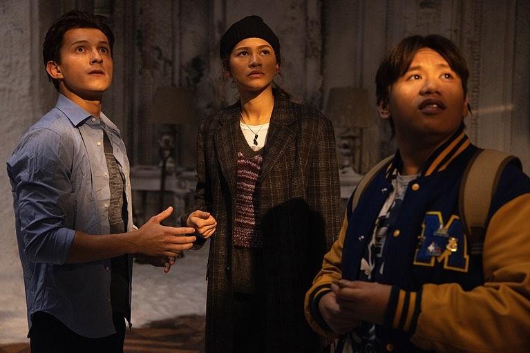 "Peter Parker (Tom Holland), Michelle ""MJ"" Jones (Zendaya) y Ned Leeds (Jacob Batalon) en Spider-Man: No Way Home (2021). Imagen: Tom Holland Instagram (@tomholland2013)."