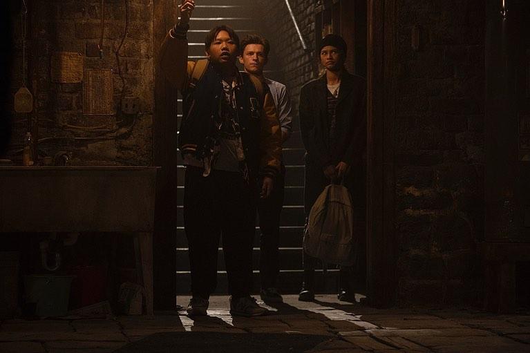 "Ned Leeds (Jacob Batalon), Peter Parker (Tom Holland), y Michelle ""MJ"" Jones (Zendaya) en Spider-Man: No Way Home (2021). Imagen: Jacob Batalon Instagram (@lifeisaloha)."