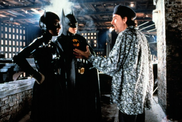 Michelle Pfeiffer como Catwoman/Selina Kyle, Michael Keaton como Batman/Bruce Wayne y el director Tim Burton en el set de Batman Returns (1992). Imagen: Moviesinthemaking Reddit