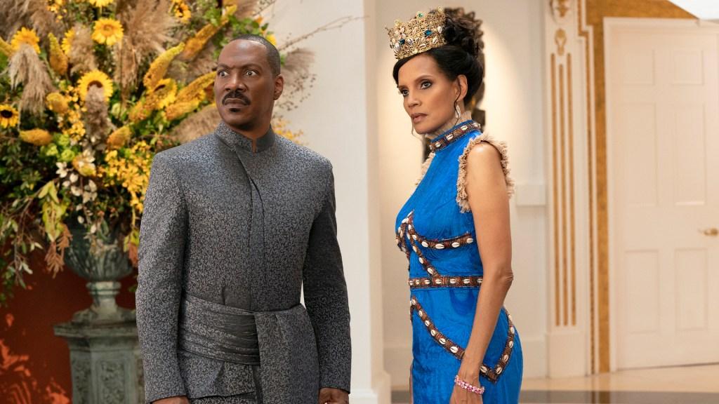Akeem (Eddie Murphy) y Lisa (Shari Headley) son el Rey y la Reina de Zamunda en Coming 2 America (2021). Imagen: Prime Video Twitter (@PrimeVideo).