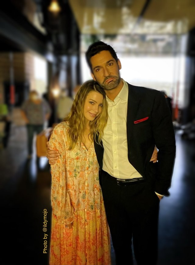 Lauren German como la Detective Chloe Decker y Tom Ellis como Lucifer Morningstar en el set de Lucifer. Imagen: Ildy Modrovich Twitter (@Ildymojo).