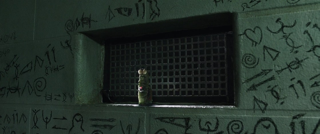 Mr. Mind (voz de David F. Sandberg) visitando la celda del Dr. Thaddeus Sivana (Mark Strong) en Shazam! (2019). Imagen: listal.com