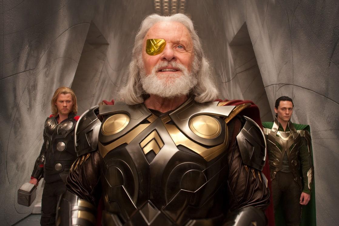 Thor (Chris Hemsworth), Odín (Anthony Hopkins) y Loki (Tom Hiddleston) en Thor (2011). Imagen: listal.com