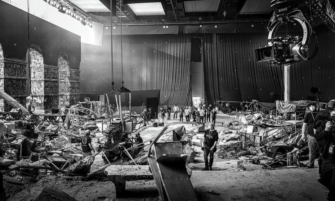 El equipo de producción en uno de los sets de Black Adam (2022). Imagen: Dwayne Johnson Instagram (@therock).