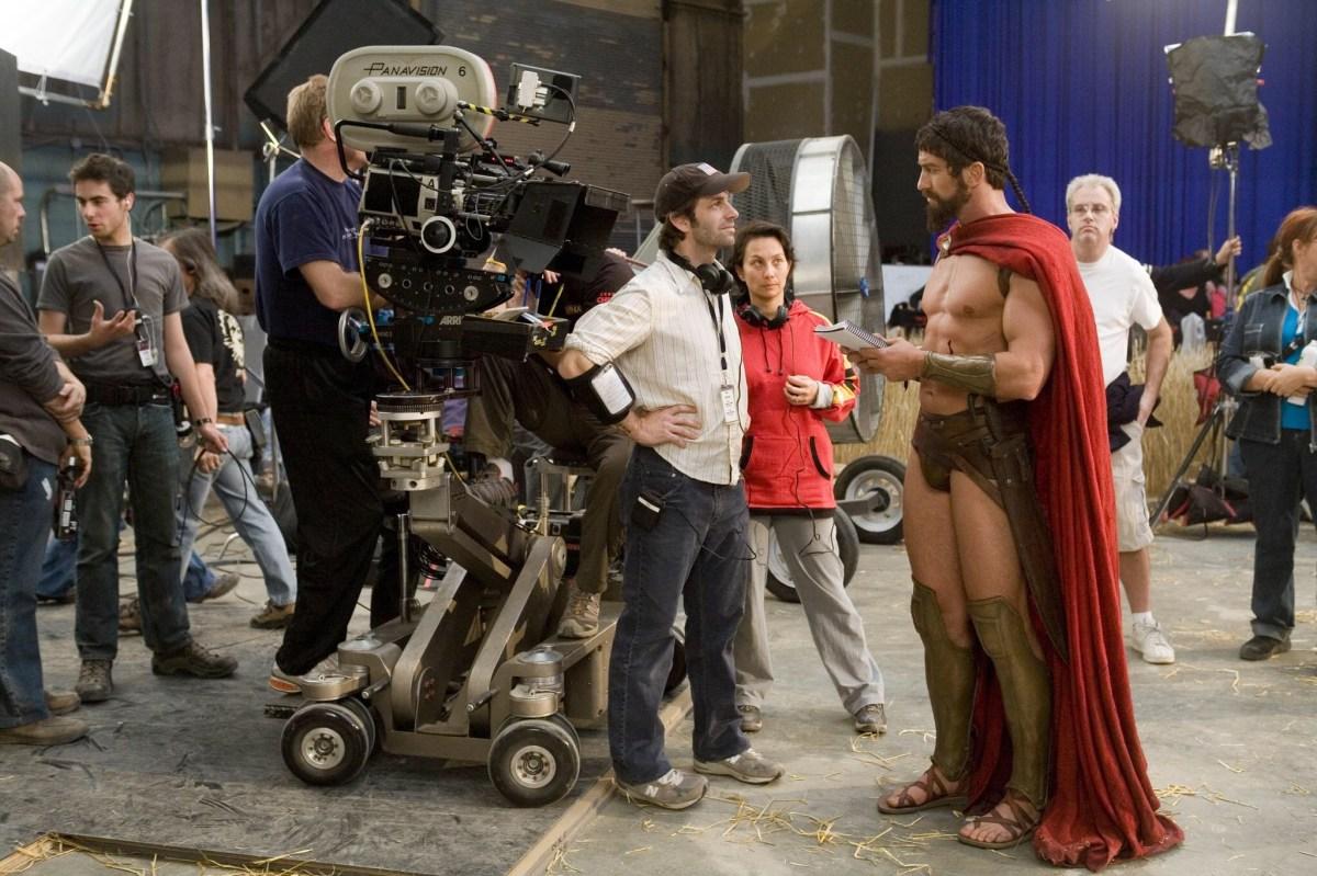 El director Zack Snyder y Gerard Butler como el Rey Leónidas en el set de 300 (2007). Imagen: shotonwhat.com