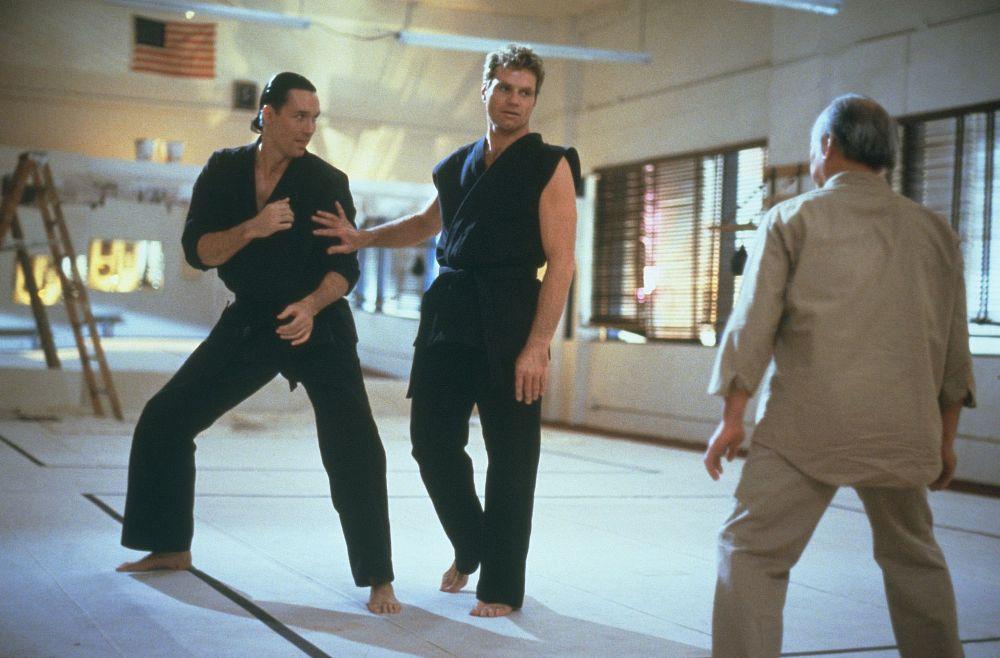 "Terry Silver (Thomas Ian Griffith), John Kreese (Martin Kove) y Nariyoshi Miyagi (Noriyuki ""Pat"" Morita) en The Karate Kid Part III (1989). Imagen: Columbia Pictures"
