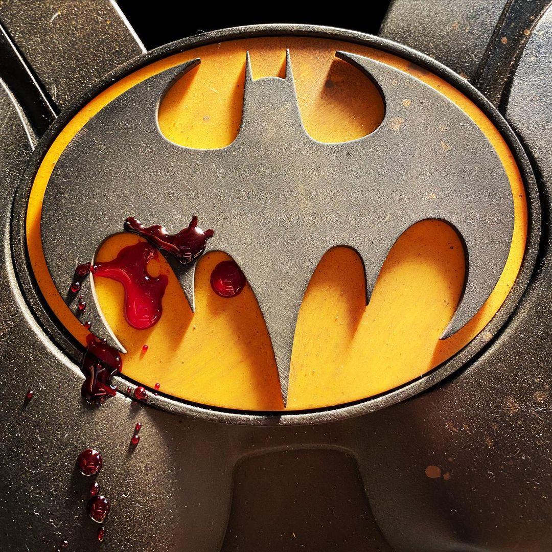 El símbolo del Batitraje de Michael Keaton en The Flash (2022). Imagen: Andy Muschietti Instagram (@andy_muschetti).