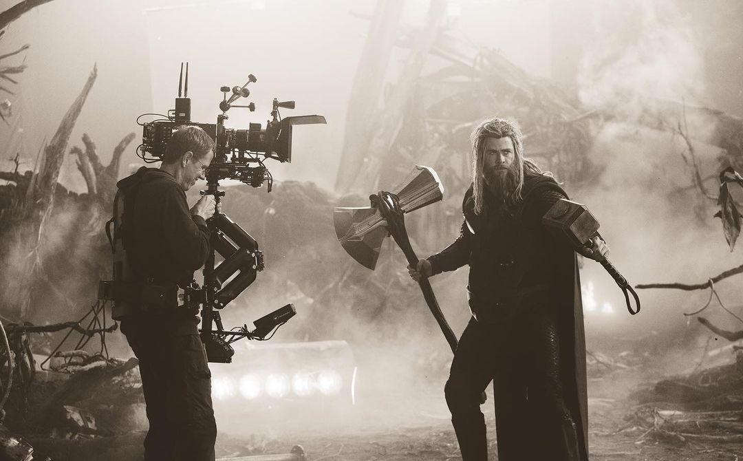 El camarógrafo Jeff Haley y Chris Hemsworth como Thor en el set de Avengers: Endgame (2019). Imagen: Chuck Zlotnick Instagram (@chuckzlotnick).