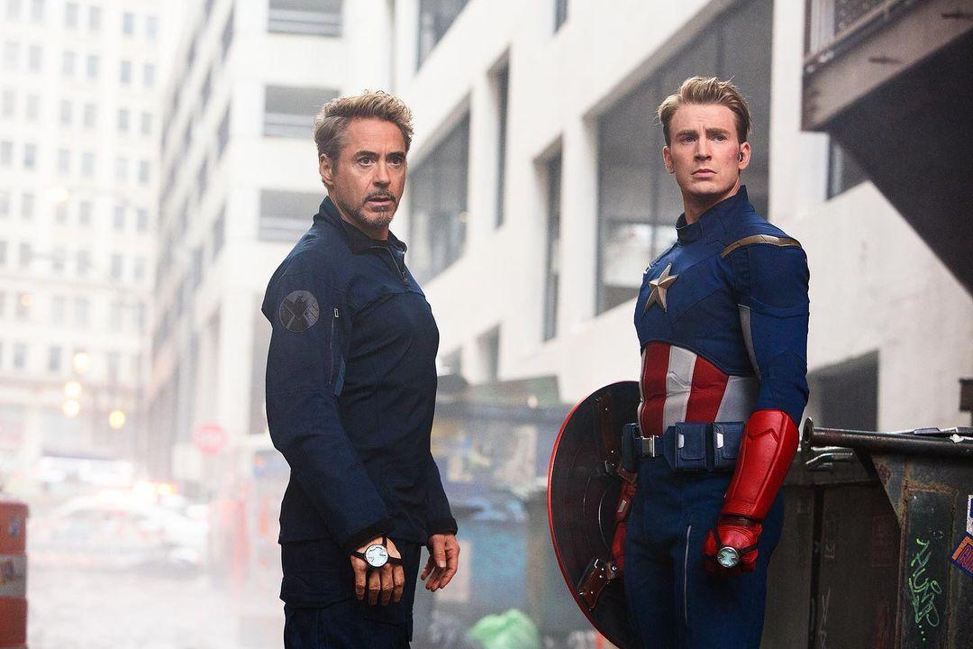 Robert Downey Jr. como Tony Stark/Iron Man y Chris Evans como Steve Rogers/Captain America en el set de Avengers: Endgame (2019). Imagen: Chuck Zlotnick Instagram (@chuckzlotnick).