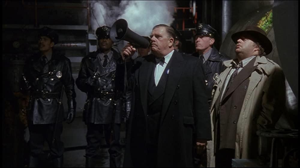 El Comisionado James Gordon (Pat Hingle) y el Teniente Max Eckhardt (William Hootkins) en Batman (1989). Imagen: Warner Bros. Pictures/DC Entertainment