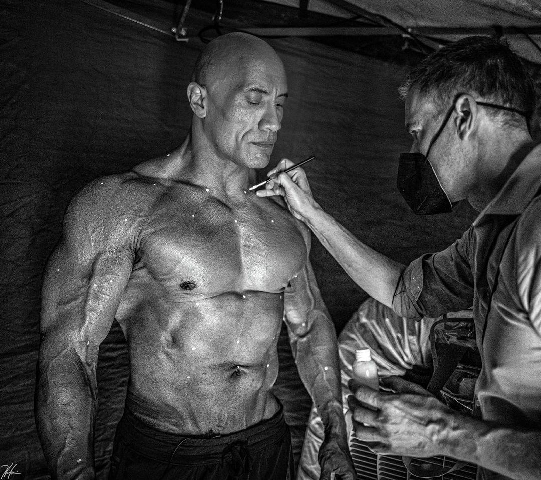 Dwayne Johnson como Black Adam/Teth-Adam y el artista del maquillaje Björn Rehbein en el set de Black Adam (2022). Imagen: Dwayne Johnson Instagram (@therock).