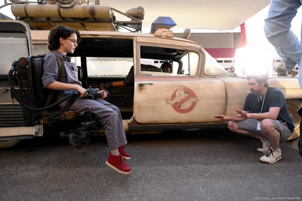 El co-guionista/director Jason Reitman y una nueva generación de cazafantasmas a bordo del ECTO-1 en el set de Ghostbusters: Afterlife (2021). Imagen: Ghostbusters Twitter (@Ghostbusters).