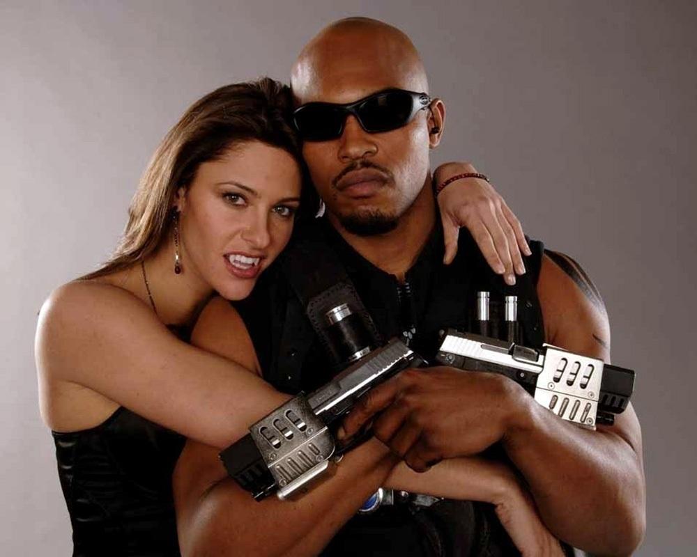 "Krista Starr (Jill Wagner) y Blade/Eric Brooks (Kirk ""Sticky Fingaz"" Jones) en Blade: The Series (2006). Imagen: dvdbash.com"