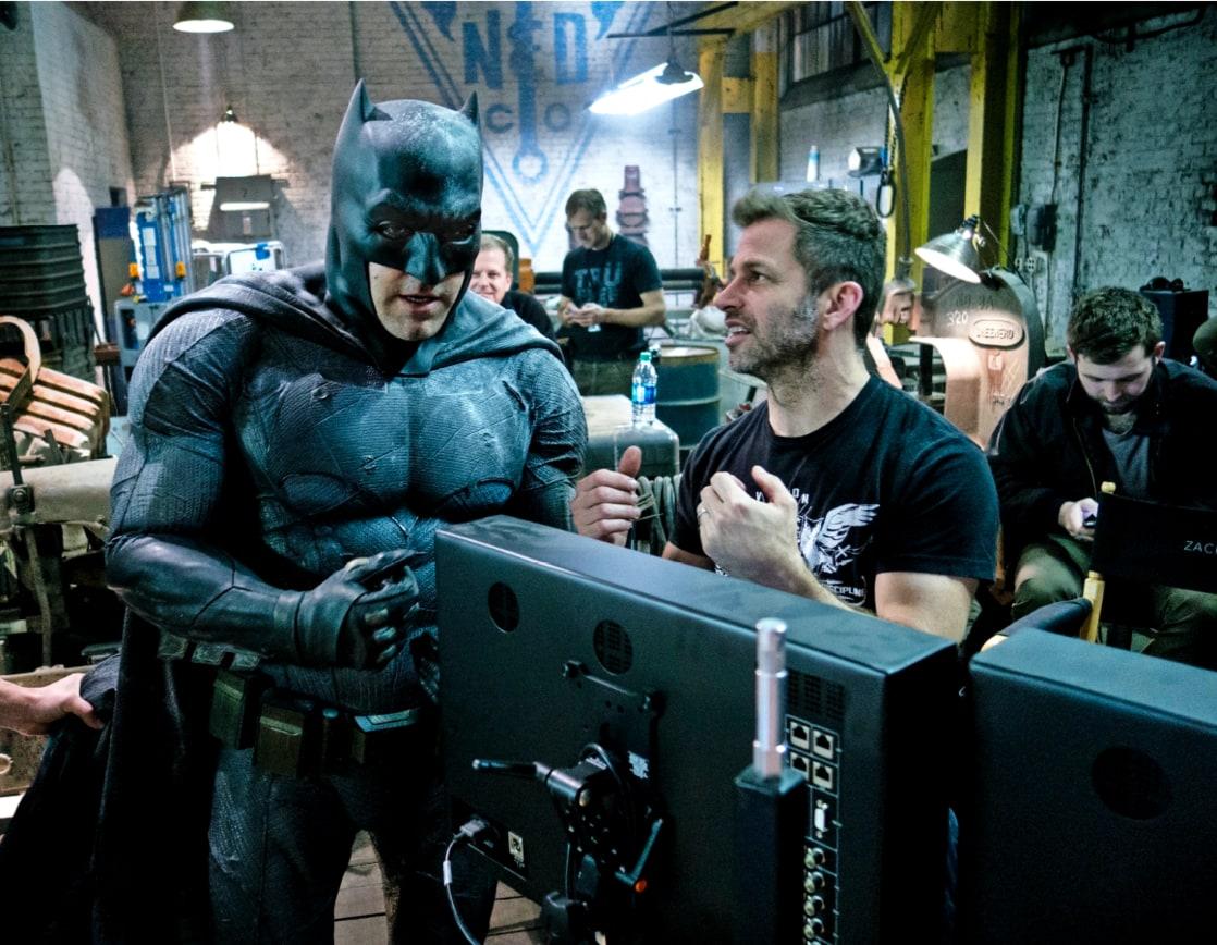 Ben Affleck como Batman/Bruce Wayne y el director Zack Snyder en el set de Batman v Superman: Dawn of Justice (2016). Imagen: listal.com