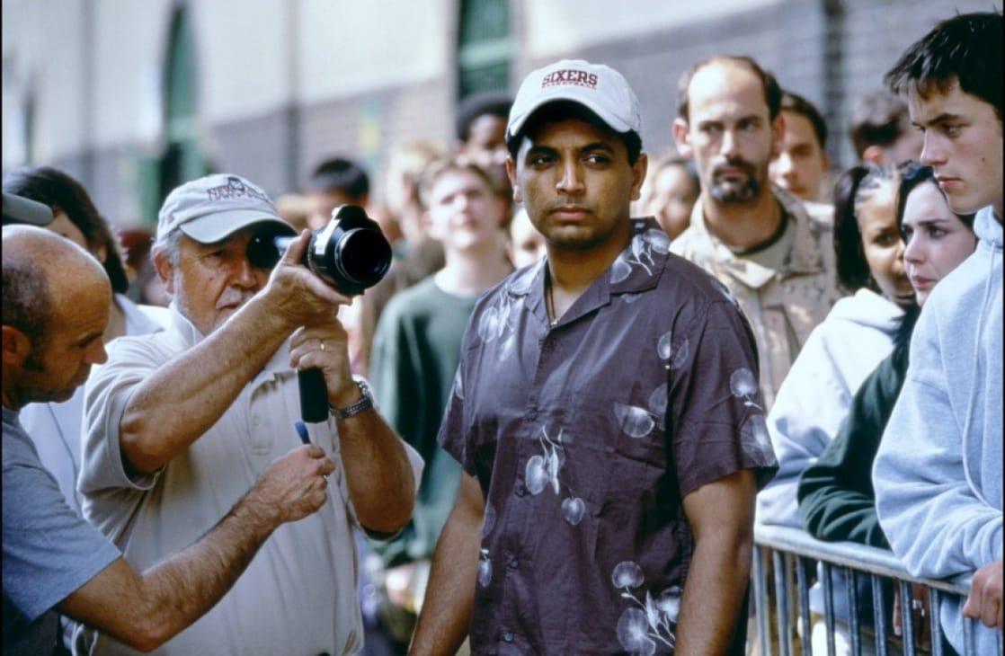 El director M. Night Shyamalan en el set de Unbreakable (2000). Imagen: listal.com