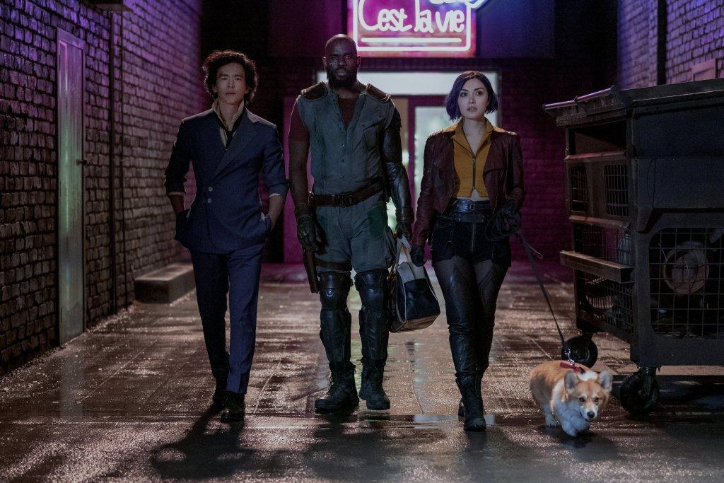 Spike Spiegel (John Cho), Jet Black (Mustafa Shakir), Faye Valentine (Daniella Pineda) y Ein en Cowboy Bebop. Imagen: Cowboy Bebop Twitter (@bebopnetflix).