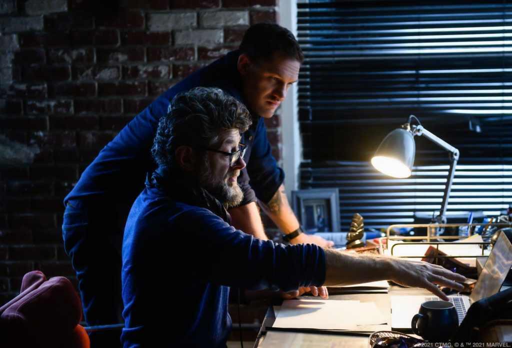 Tom Hardy como Eddie Brock/Venom y el director Andy Serkis en el set de Venom: Let There Be Carnage (2021). Imagen: venom.movie