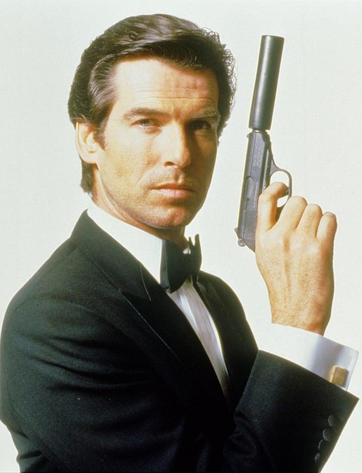 Pierce Brosnan como James Bond en GoldenEye (1995), su debut en la franquicia del Agente 007. Imagen: listal.com
