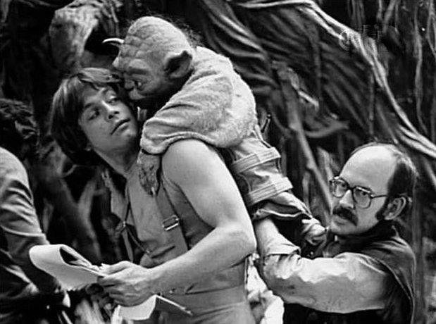 Mark Hamill como Luke Skywalker y Frank Oz como el Maestro Yoda en el set deStar Wars: Episode V – The Empire Strikes Back (1980). Imagen: pinterest.com