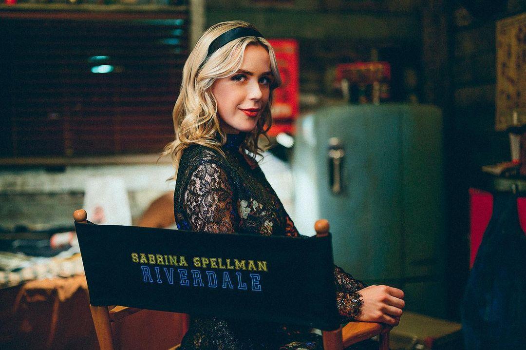 Kiernan Shipka como Sabrina Spellman en el set de Riverdale. Imagen: Kiernan Shipka Instagram (@kiernanshipka).