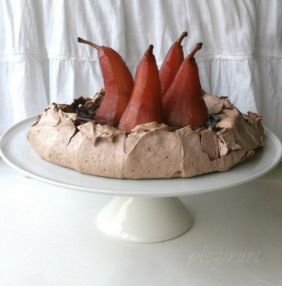 Pavlova cu ciocolata si pere posate in vin rosu