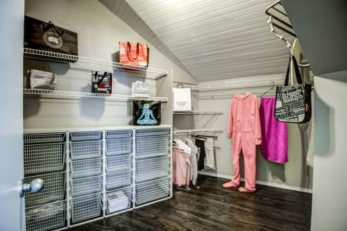 Walk-in-closet-real-estate-for-sale-plintz