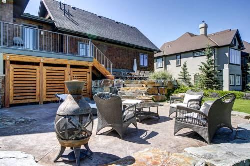Stone-patio-backyard-20-October-Gold-Gate-Elbow-Valley-For-Sale-Plintz-Real-Estate-Calgary-Sothebys