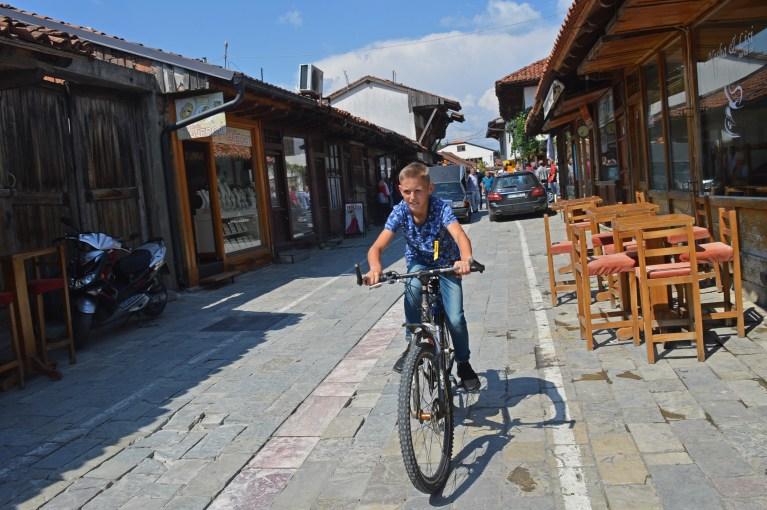 Djalë me biçikletë në Gjakovë (Fjollë Ramadani, 2018)