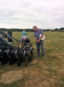 Jean-François Le Bleis examine une machine de semis direct