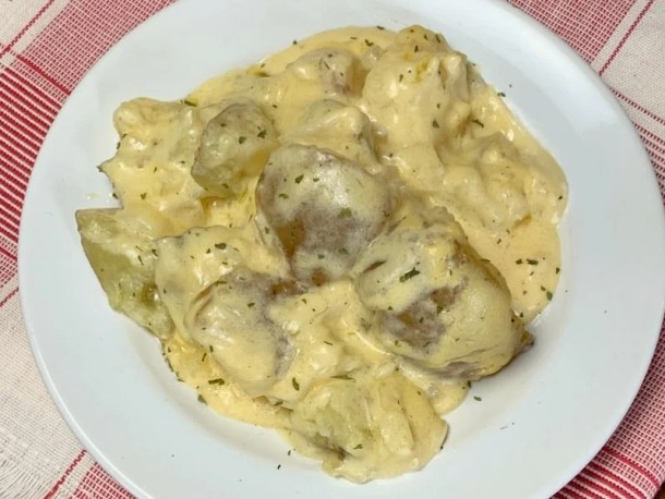Delicious and easy slow cooker potatoes with a creamy sauce