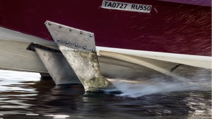 hydrofoiling electric boat has static foils on the hull close to the waterline