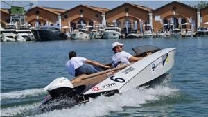 e-regatta slalom competition - the E-dyn boat in the Arsenale