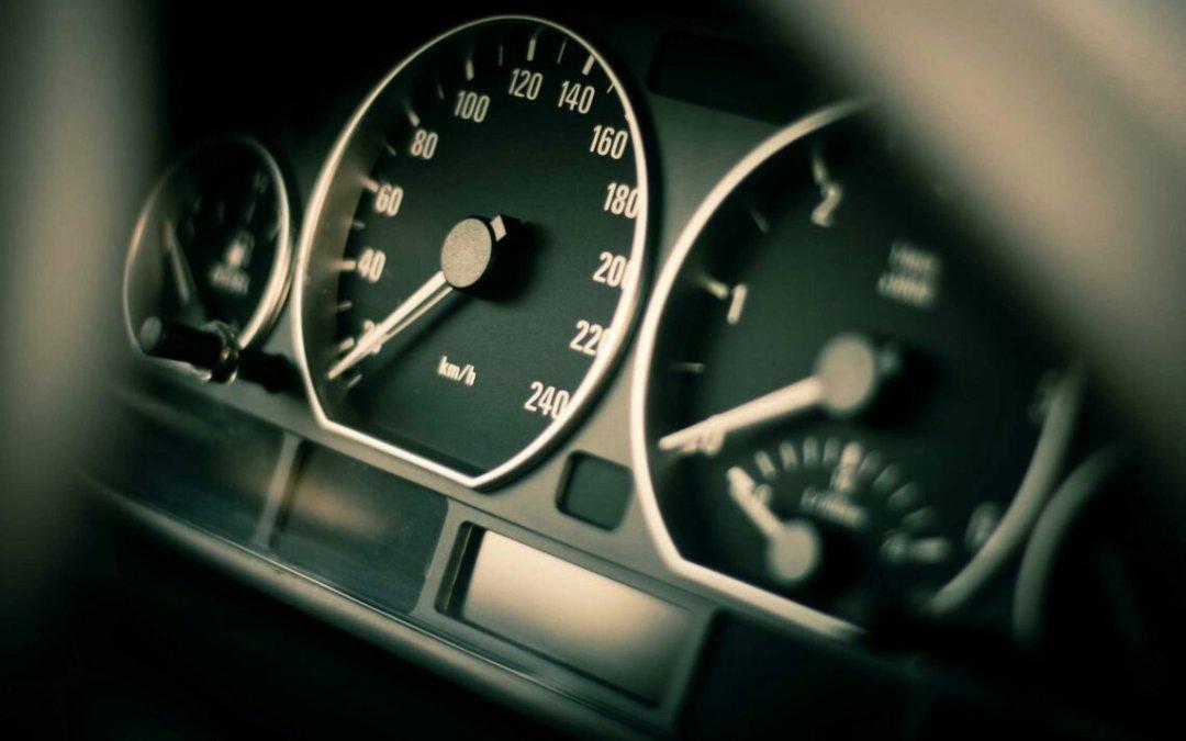 ¿Por qué el velocímetro de tu coche marca más velocidad de la real?