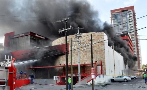 Nubes de humo salen del Casino Royale en Monterrey, México, el jueves 25 de agosto de 2011. Desconocidos entraron el jueves al casino en esa ciudad del norte del país y rociaron gasolina para iniciar un incendio que mató al menos a 45 personas y dejó una decena más herida, informaron las autoridades. (AP foto)