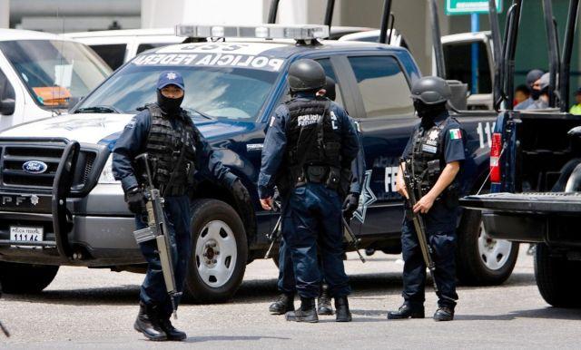 CUN90330043. Elementos de la Policía Federal Preventiva trasladaron hoy al penal del Altiplano a Martín Villanueva (a) El Negro, quien controlaba la cárcel de Cancún. Villanueva fue detenido dentro de la misma prisión. En la imagen, el traslado del reo al aeropuerto de Cancún. NOTIMEX/FOTO/VICTOR RUIZ/FRE/CLJ/