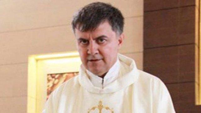 Interpol_sacerdote