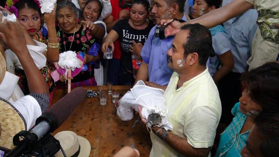 Alcalde en Oaxaca se casa con cocodrilo.
