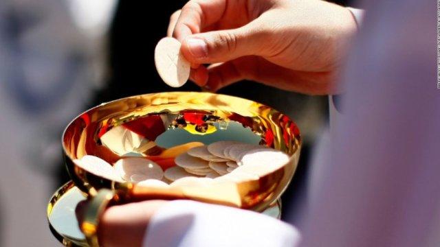 Vaticano prohibe hostias sin gluten y vino chafa